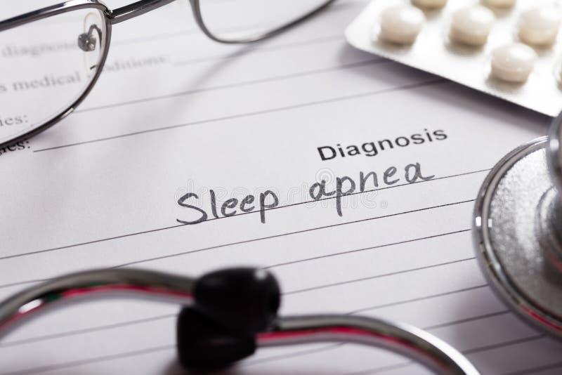 Parola dell'apnea nel sonno di diagnosi su carta con le droghe e lo stetoscopio fotografie stock libere da diritti