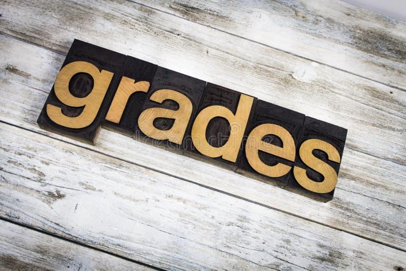 Parola dello scritto tipografico dei gradi su fondo di legno fotografia stock libera da diritti