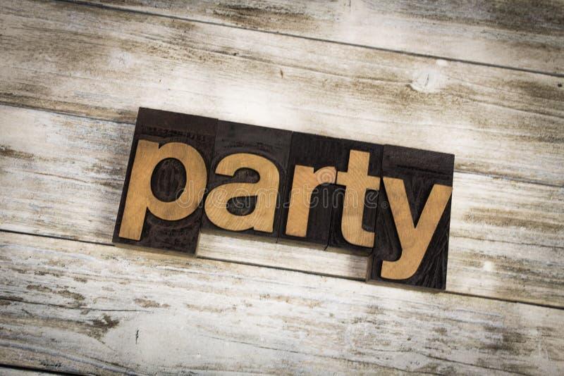 Parola dello scritto tipografico del partito su fondo di legno fotografie stock
