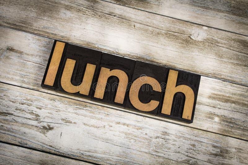 Parola dello scritto tipografico del pranzo su fondo di legno fotografia stock