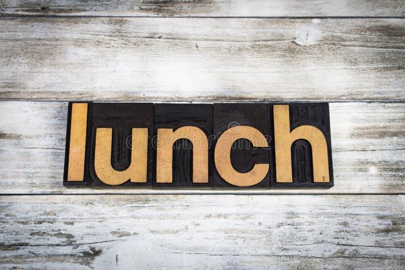 Parola dello scritto tipografico del pranzo su fondo di legno immagini stock