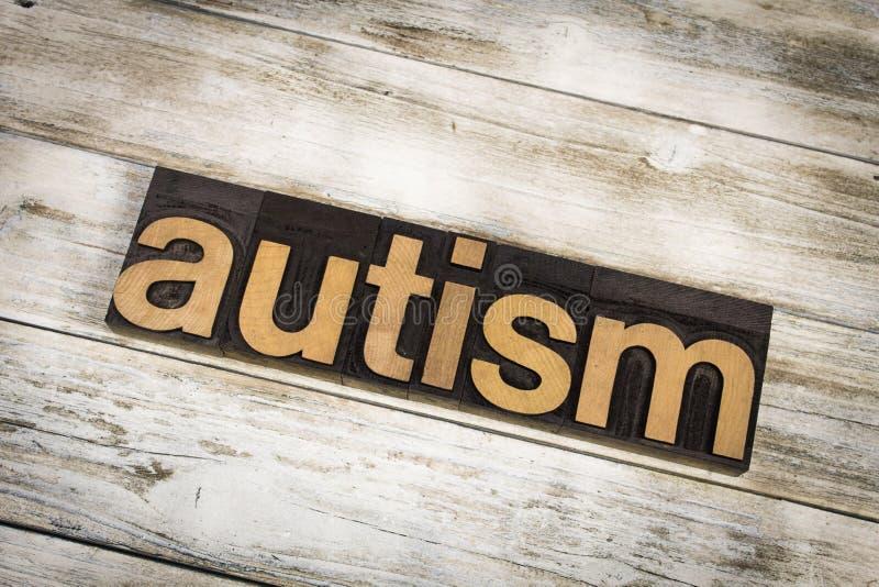 Parola dello scritto tipografico di autismo su fondo di legno fotografie stock libere da diritti