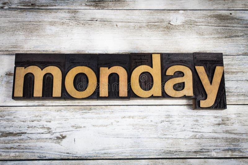 Parola dello scritto tipografico di lunedì su fondo di legno immagine stock