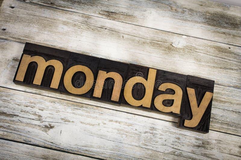 Parola dello scritto tipografico di lunedì su fondo di legno fotografia stock libera da diritti