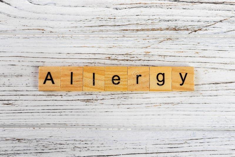 Parola di allergia fatta con il concetto di legno dei blocchi fotografie stock libere da diritti