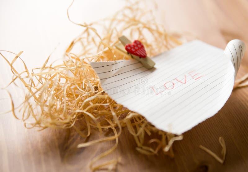 Parola di amore su pezzo di carta fotografie stock libere da diritti