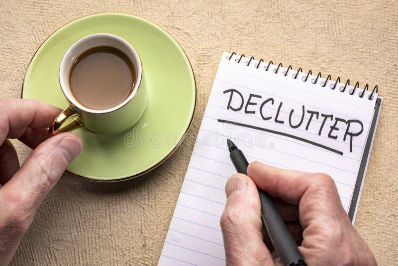 Parola di Declutter - scrittura in un taccuino fotografia stock libera da diritti