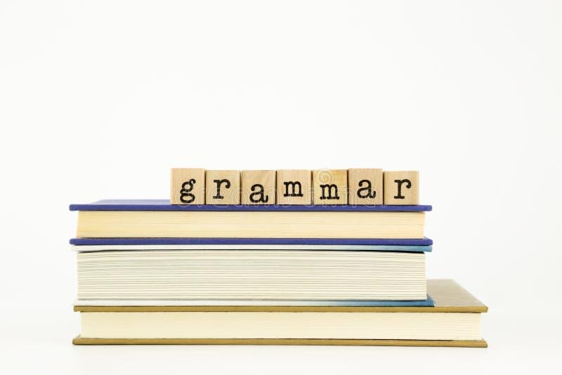 Parola di grammatica sui bolli e sui libri di legno immagine stock