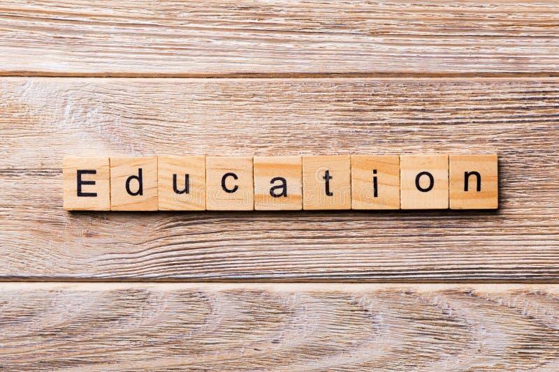 Parola di istruzione scritta sul blocco di legno Testo di istruzione sulla tavola di legno per vostro desing, concetto fotografia stock