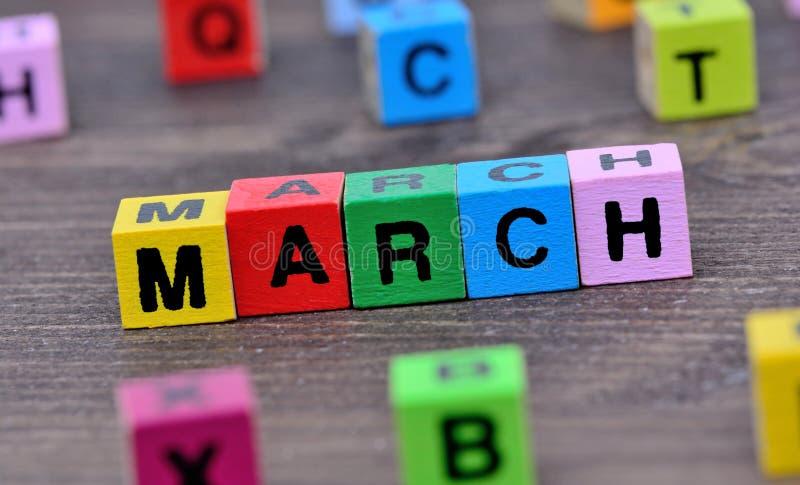 Parola di marzo sulla tavola immagine stock