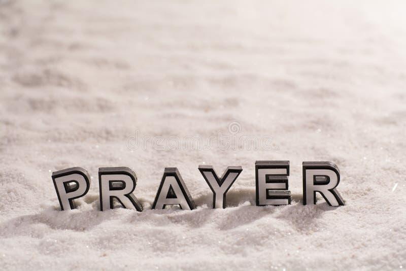 Parola di preghiera sulla sabbia bianca fotografia stock libera da diritti
