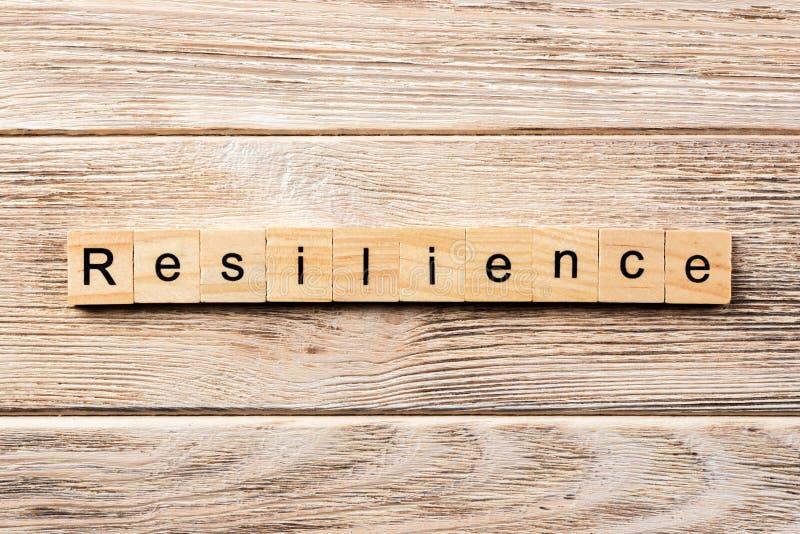 Parola di resilienza scritta sul blocco di legno testo sulla tavola, concetto di resilienza fotografie stock