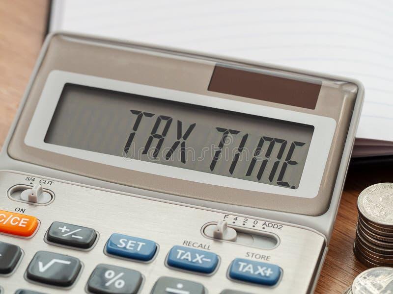 Parola di tempo di imposta sul calcolatore concetto di imposta e di affari Tempo di pagare tassa durante l'anno fotografie stock libere da diritti