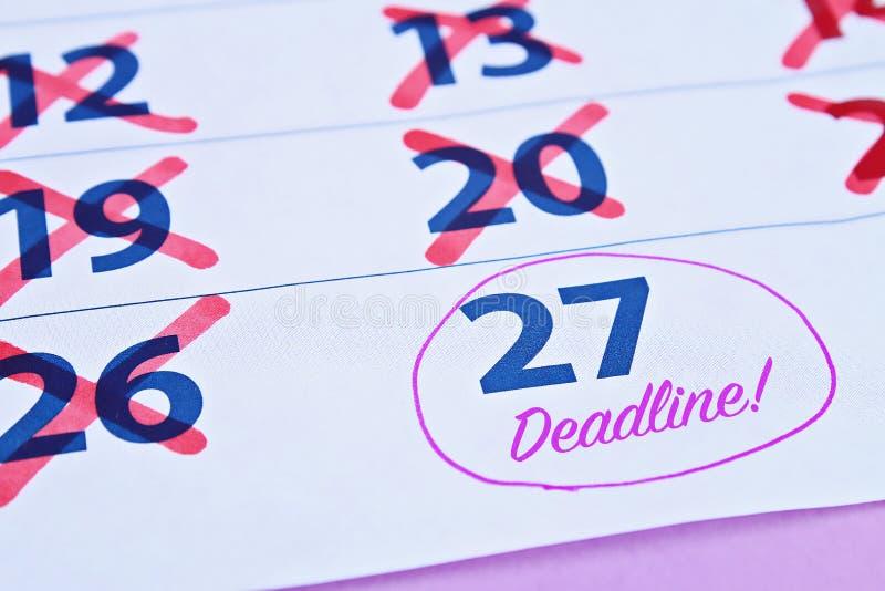 Parola di termine scritta sul calendario indugio Mettendo le cose fuori fino a più successivamente fotografia stock libera da diritti