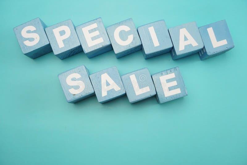 Parola di vendita speciale creata con le lettere di alfabeto dei cubi su fondo blu immagine stock