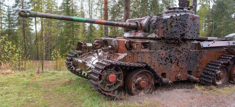 Parola, Finlandia - 2 de mayo de 2019: Museo del tanque en la ciudad de Parola Blanco del tanque en el sitio La armadura tiene ag foto de archivo