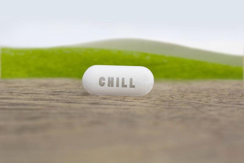 Parola fredda scritta su una pillola bianca immagini stock libere da diritti