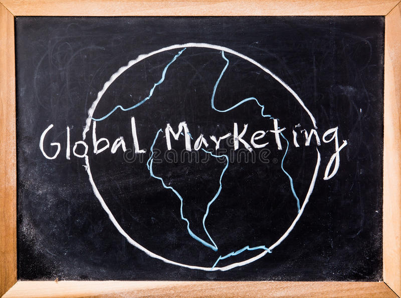 Parola globale di vendita sulla lavagna fotografia stock