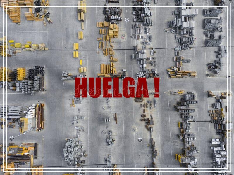 Parola Huelga nella lingua spagnola Posto industriale di stoccaggio, vista fotografia stock libera da diritti
