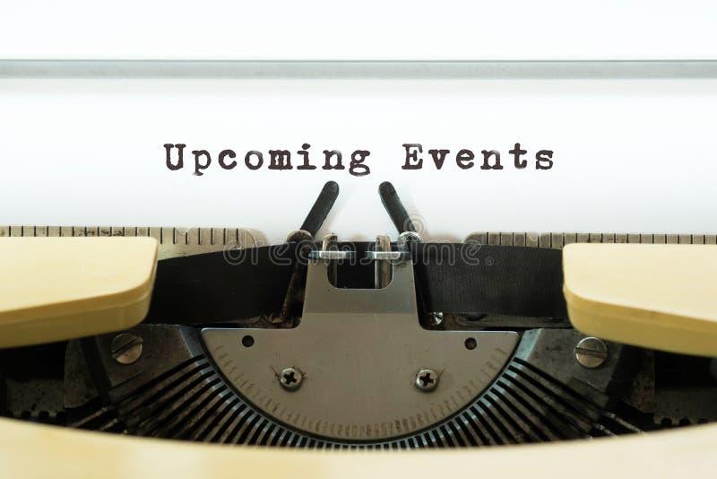 Parola imminente di eventi scritta su un typewritter d'annata giallo Concetto di affari fotografie stock libere da diritti