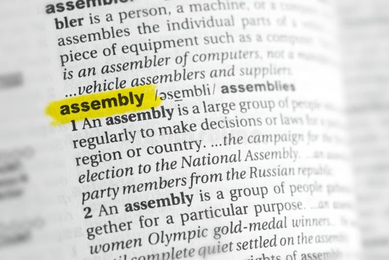Parola inglese evidenziata & x22; assembly& x22; e la sua definizione al dizionario fotografia stock libera da diritti