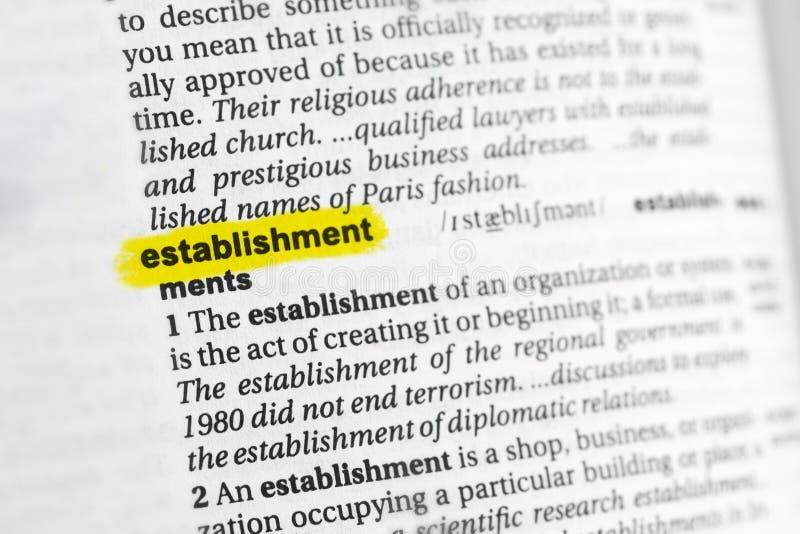 Parola inglese evidenziata & x22; establishment& x22; e la sua definizione al dizionario immagini stock