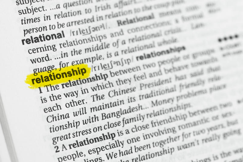 Parola inglese evidenziata & x22; relationship& x22; e la sua definizione al dizionario fotografia stock