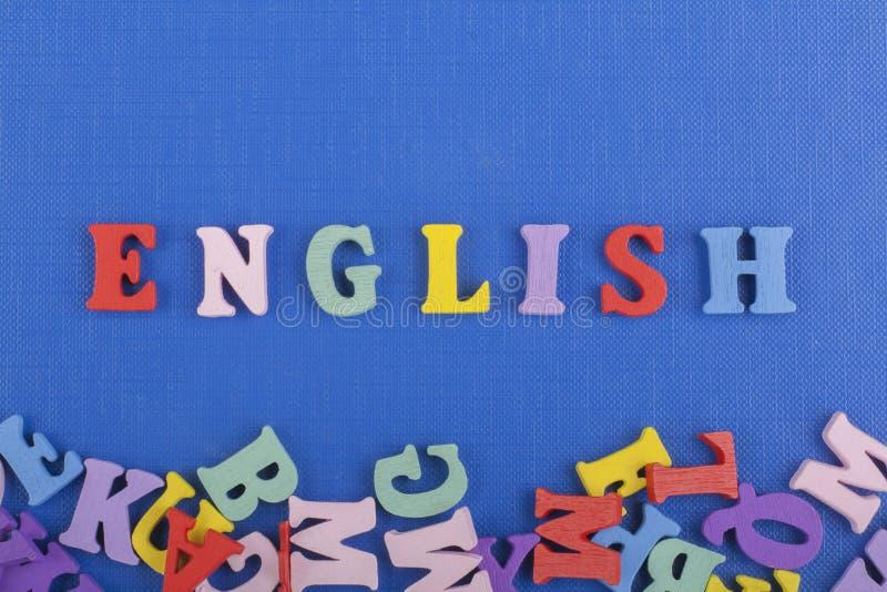 Parola inglese su fondo blu composto dalle lettere di legno di ABC del blocchetto variopinto di alfabeto, spazio della copia per  fotografie stock