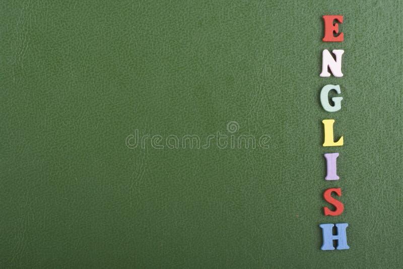 Parola inglese su fondo verde composto dalle lettere di legno di ABC del blocchetto variopinto di alfabeto, spazio della copia pe fotografia stock libera da diritti