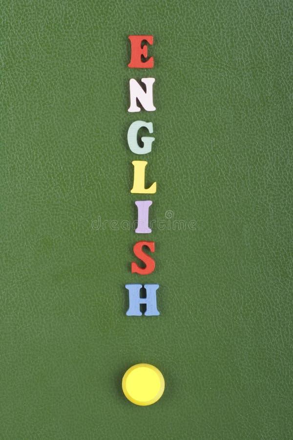 Parola inglese su fondo verde composto dalle lettere di legno di ABC del blocchetto variopinto di alfabeto, spazio della copia pe immagini stock libere da diritti