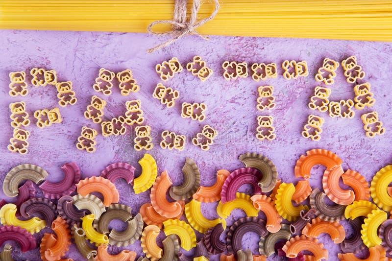 Parola, pasta, spaghetti su fondo lilla fotografie stock