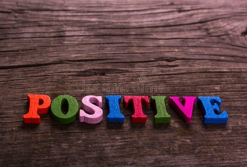 Parola positiva fatta delle lettere di legno fotografia stock libera da diritti