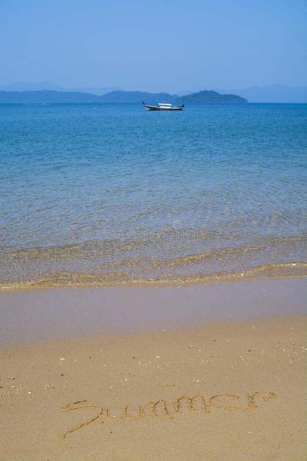 Parola scritta a mano di estate sulla spiaggia di sabbia fotografia stock
