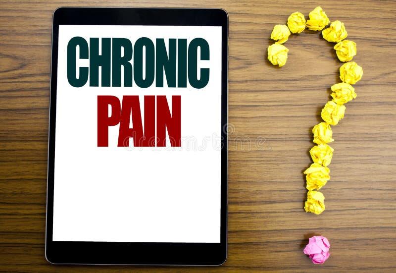 Parola, scrivente dolore cronico Concetto di affari per ritenere cattiva cura malata scritta sulla compressa, fondo di legno con  immagine stock