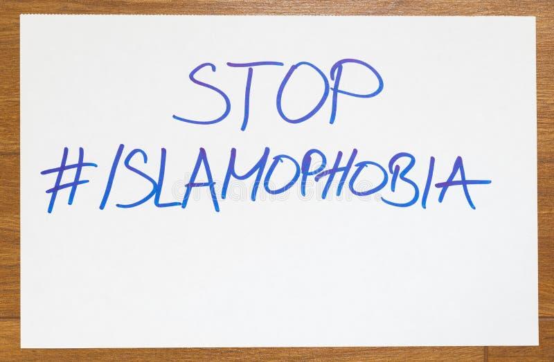 Parole di islamofobia di arresto scritte sul Libro Bianco con hashtag come messaggio ed il simbolo dalla gente musulmana islamica fotografie stock libere da diritti