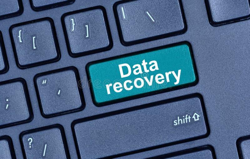 Parole di recupero di dati sul bottone della tastiera fotografie stock libere da diritti