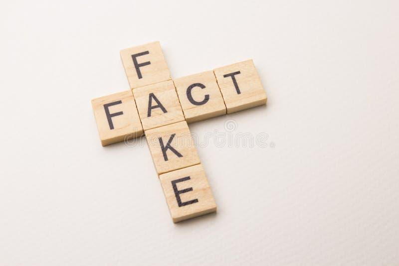 Parole incrociate di Fact&fake su fondo bianco fotografia stock libera da diritti