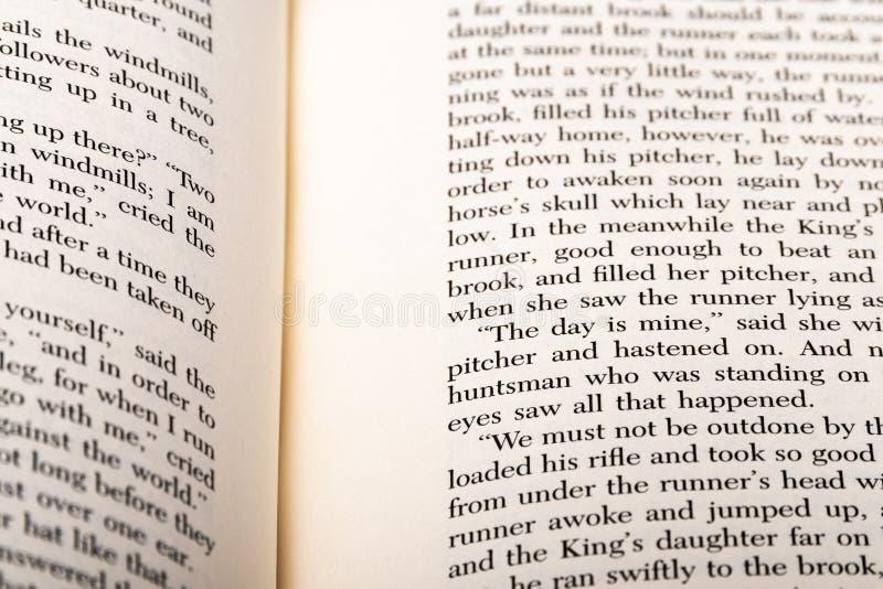 Parole inglesi indicate a due pagine del libro aperto immagine stock libera da diritti