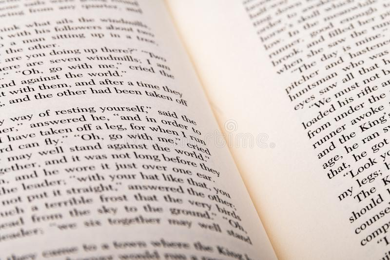Parole inglesi indicate a due pagine del libro aperto fotografie stock libere da diritti
