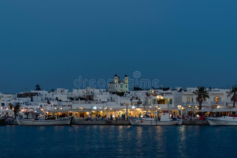 Paros, Греция 8-ое августа 2015 Взгляд на ноче, известное touristic назначение Naoussa в греческом острове Paros стоковые фотографии rf
