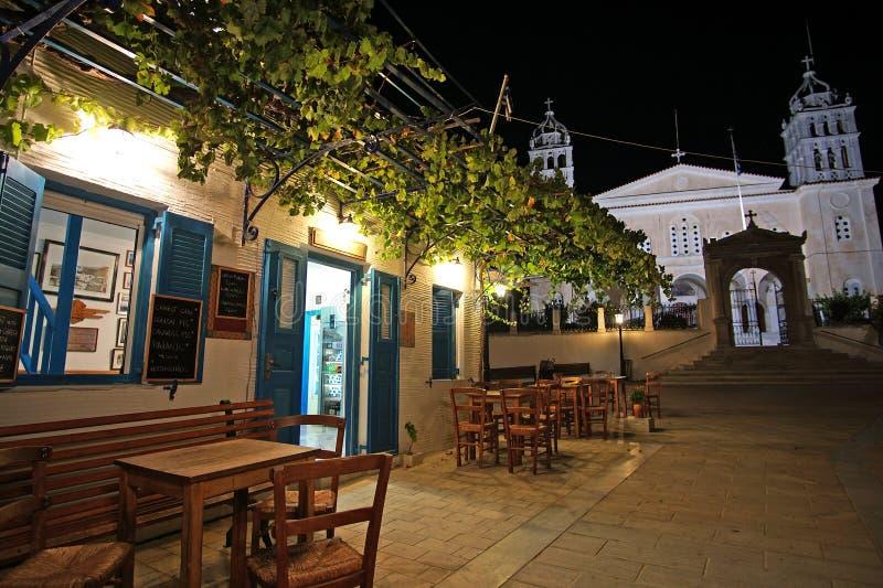 Paros, Греция, 14-ое сентября 2018, традиционный взгляд ночи бара со своей красивой перголой стоковая фотография rf