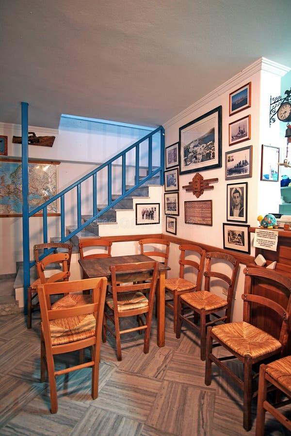 Paros, Grécia, o 14 de setembro de 2018, interior tradicional de uma barra no centro histórico da cidade imagens de stock royalty free