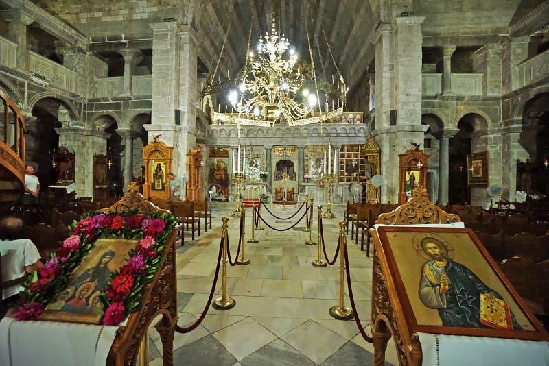 PAROS, GR?CIA, 18 2018, vista interior da igreja de Panagia Ekatontapyliani de que ? uma igreja bizantina hist?rica na cidade imagens de stock