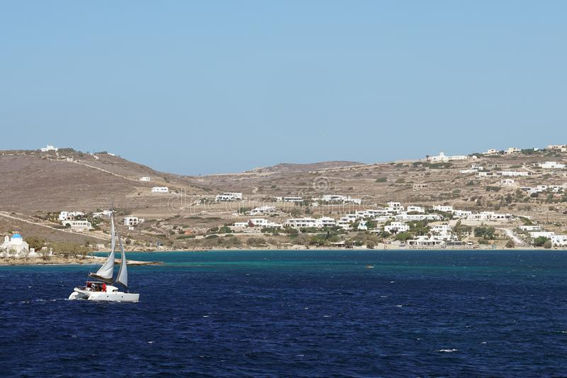 PAROS, GRECIA, EL 18 DE SEPTIEMBRE DE 2018, barcos en el mar de la isla de Paros fotografía de archivo libre de regalías