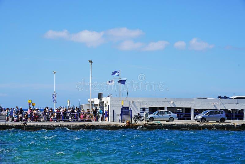 PAROS, GRECIA, EL 18 DE SEPTIEMBRE DE 2018, los turistas de diversas nacionalidades se van del puerto imágenes de archivo libres de regalías