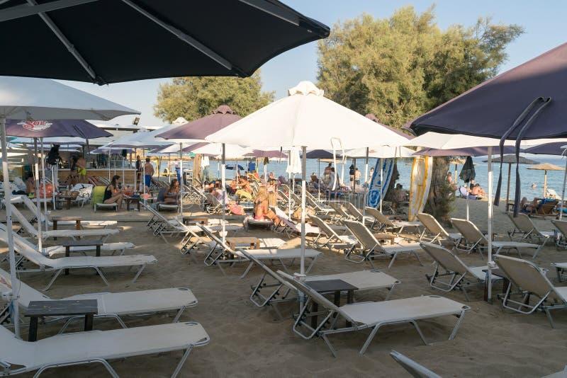 Paros, Grecja 11 2015 Sierpień Sławna Punda plaża z lokalnymi ludźmi i turystami cieszy się ich wakacje fotografia stock