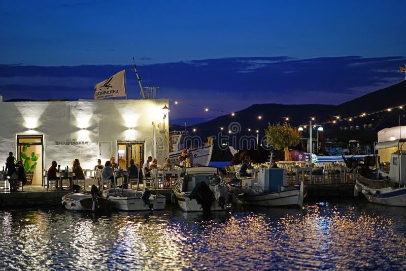 Paros, Grecja, Wrzesień 13 20018, turyści różnorodne narodowości gościa restauracji w małym porcie Naoussa zdjęcie royalty free
