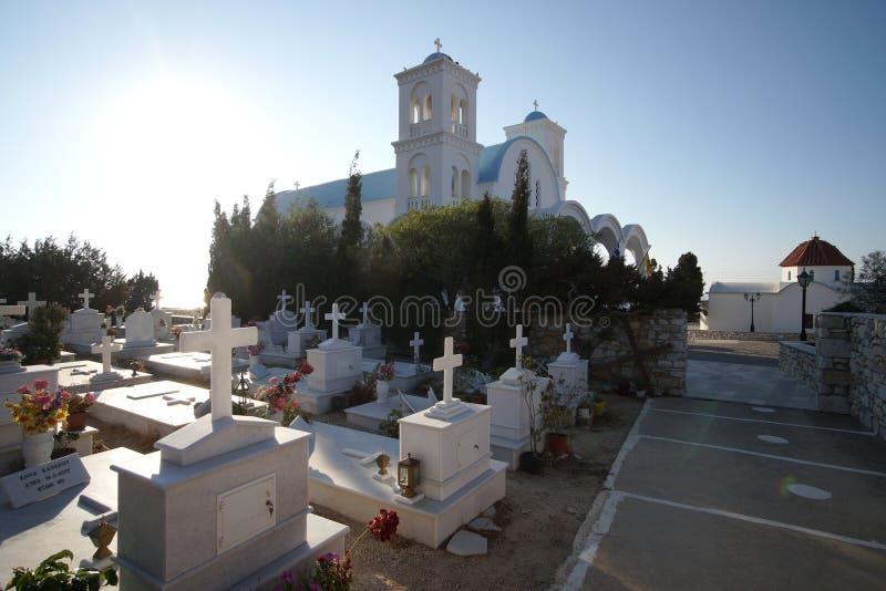 Paros Grekland, 15 September 2018, en typisk grekisk kyrkog?rd n?ra en ortodox kyrka royaltyfri foto