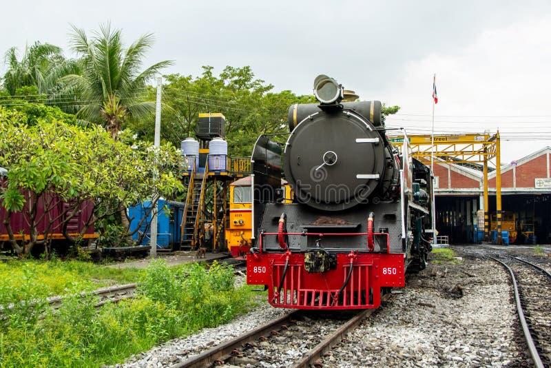 Parowa lokomotywa i Dieslowskie Elektryczne lokomotywy parkuje przy taborową zajezdnią Tajlandia fotografia stock