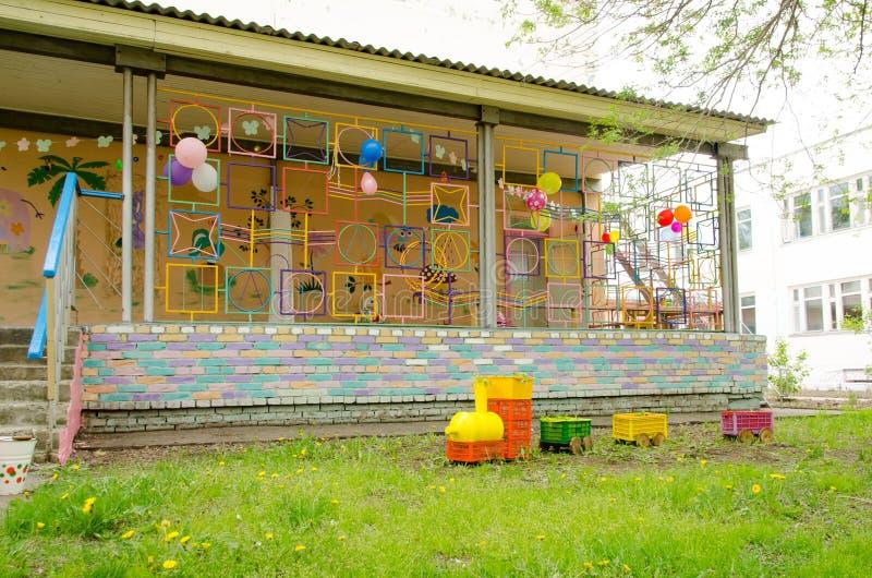 Parowa lokomotywa robić plastikowi pudełka i butelki na gazonie obok tarasu na boisku obraz stock
